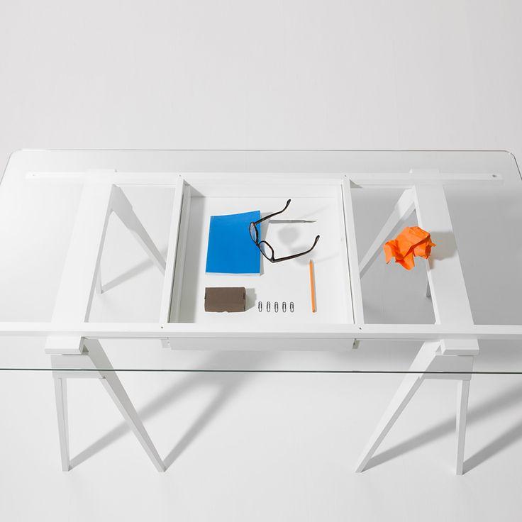 Arco skrivbord tillverkat i vitlackad ek en låda och toppskiva i glas. Arco är ett skrivbord med en enkel och tydlig design. Glasskivan är placerad på bockar och ger dig en luftig arbetsplats. Lådan är monterad så du har full kontroll på vad du har i den.