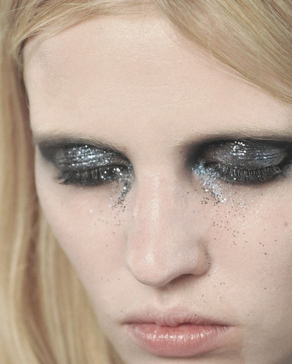 lara stone at givenchy haute couture spring/summer 2010, glitter eyes.