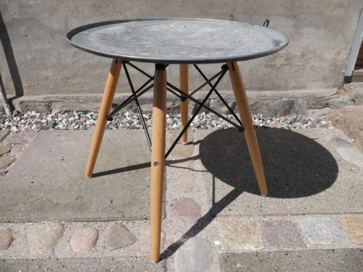 DIY bord industrielt design lavet af stellet fra en stol og et gammelt låg fra en skraldespand - fra Buchholm