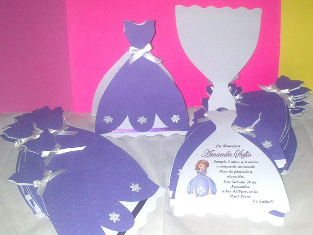 Invitacion en forma de vestido ideal para el cumpleaños de las princesas de la casa..