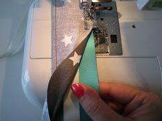 Tuto, pas à pas photos pour retourner un long tube de tissu (comme une bandoulière) fdacilement.
