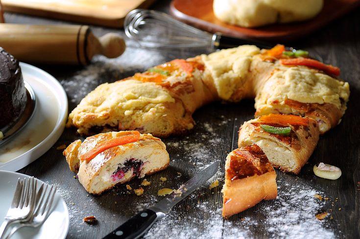 Receta de rosca de Reyes para celebrar con la familia. Imprime la receta en:http://cocinaycomparte.com/recipes/rosca-de-reyes-rellena-de-queso-con-zarzamora ...