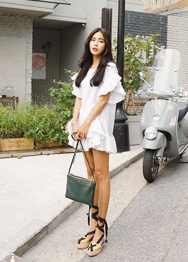 Today's Hot Pick :ラブリーラッフルワンピース【DARK VICTORY】 http://fashionstylep.com/P0000YAQ/khyelyun/out さらりと滑らかな着心地のコットン素材で作られたワンピースです。 裾、サイド、袖口まで流れるように施されたラッフルがエレガントな女性らしさを引き立てます。 短いのでチュニック感覚でショートパンツに合わせても◎ 一枚だけで主役にするコーデがオススメです*★ 身長によって着丈感が異なりますので下記の詳細サイズを参考にしてください。 ◆色:ホワイト