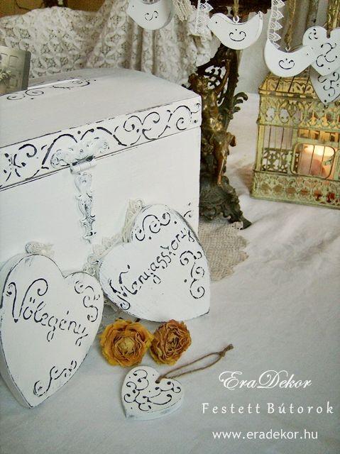 Rusztikus festett fa szívek Menyasszony és Vőlegény feliratokkal. Fotó azonosító: ESKSZIVEK02