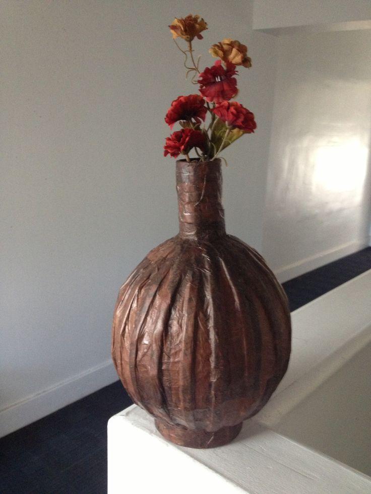 Otro jarron hecho con un globo papel periodico y papel de - Manualidades con papel periodico ...