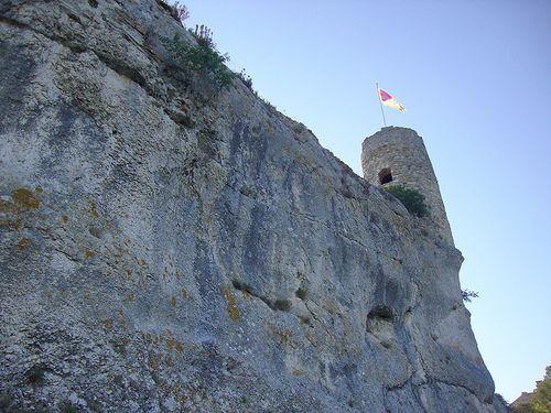 Aiguèze et ses remparts, village médiéval dominant l'Ardèche
