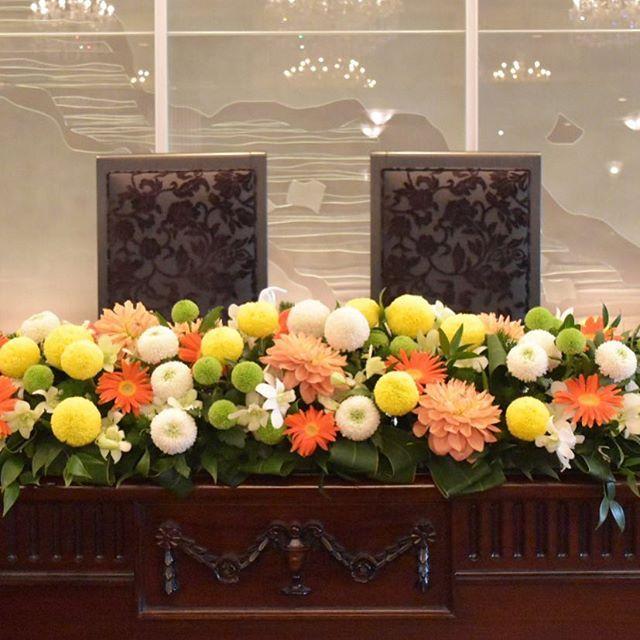 メインテーブル装花 メインにはオレンジ色のダリアも入っています^ ^ #東郷記念館 #和婚 #オランジェール #プレ花嫁 #結婚式準備 #会場装花 #ピンポンマム #ダリア