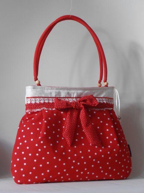 Piros, kétféle pöttyös nõi táska csipke díszítõvel