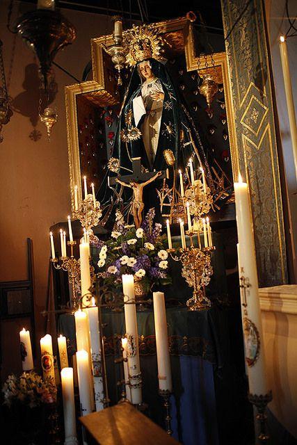 Het altaar van Onze Lieve Vrouwe van de Besloten Tuin, de Bedroefde Moeder van Warfhuizen in vol ornaat