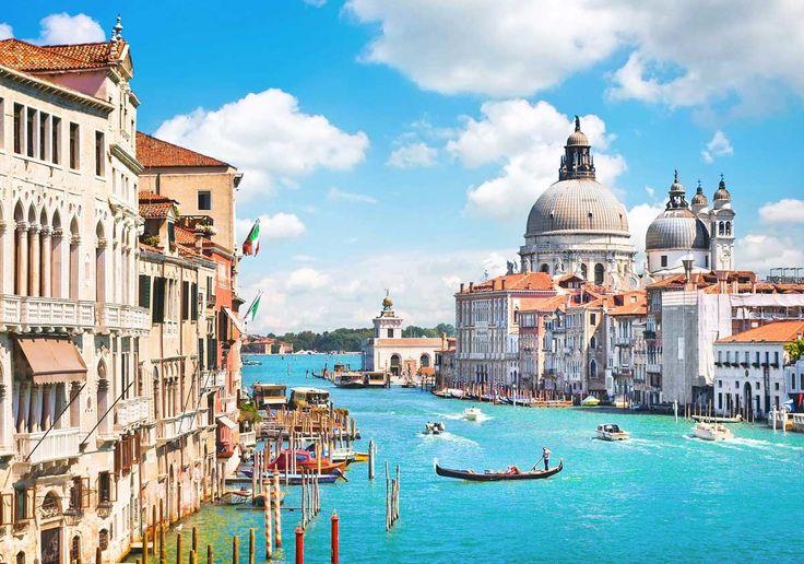 Приехав в Венецию, первым делом вы, скорее всего, увидите именно Гранд-канал. Это самый известный венецианский канал, который проходит через весь город. Он начинается около железнодорожного вокзала и затем в форме буквы S охватывает всю Венецию. Заканчивается Гранд-канал у здания таможни, где сливается с каналом Сан-Марко и Ла-Джудекка.