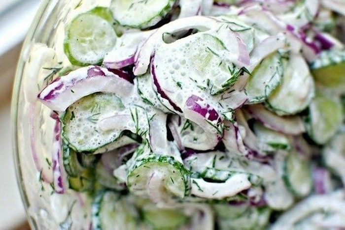 Lehký okurkový salát se zakysanou smetanou. Vhodné jako příloha k hlavnímu jídlu nebo jako lehká večeře.