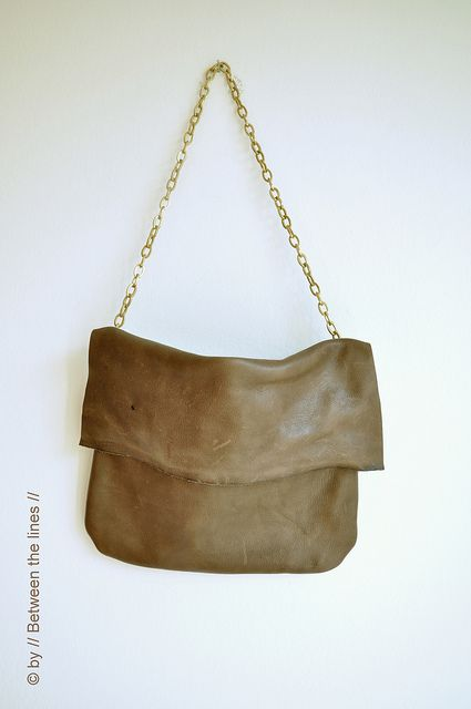 Crazy cute leather purse DIY tutorial!  http://pm-betweenthelines.blogspot.com.es/2013/04/chains-and-leather.html