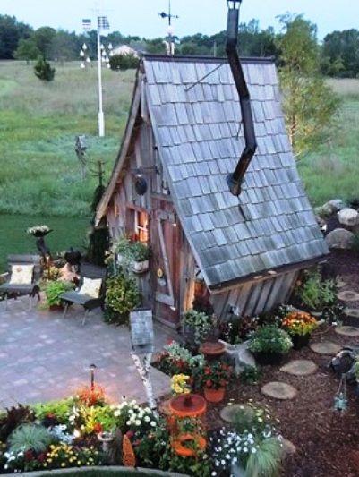 «Сказочный» домик, который станет украшением для любого дачного участка. И идеальным камуфляжем для баньки или флигеля...