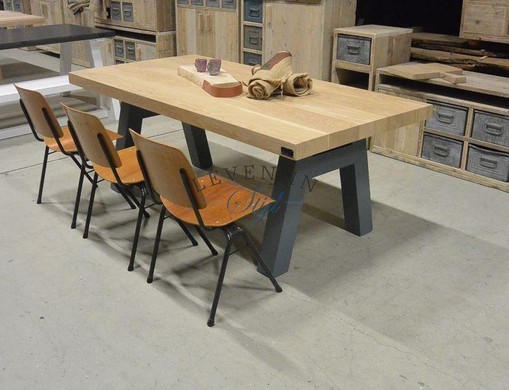 <p>Stoer en robuust, dat is wat waar deze tafel voor staat. De eettafel kan goed worden gecombineerd met ouderwetse theaterstoelen of wat dacht u van stoelen van leer