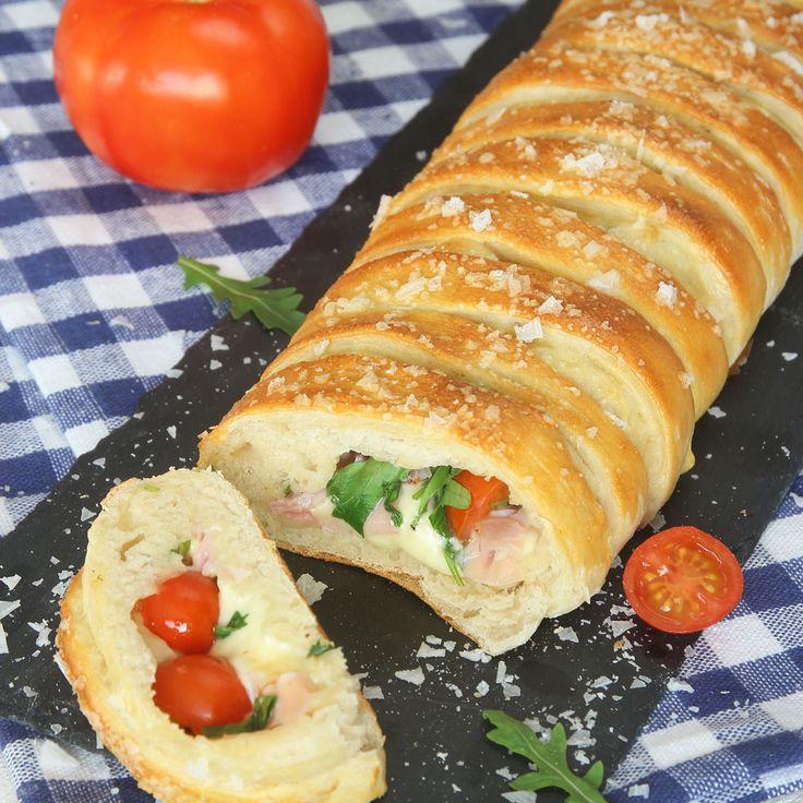 Ett lyxigt, fantastiskt gott & matigt bröd som är fyllt med ost, skinka, tomat och ruccola.
