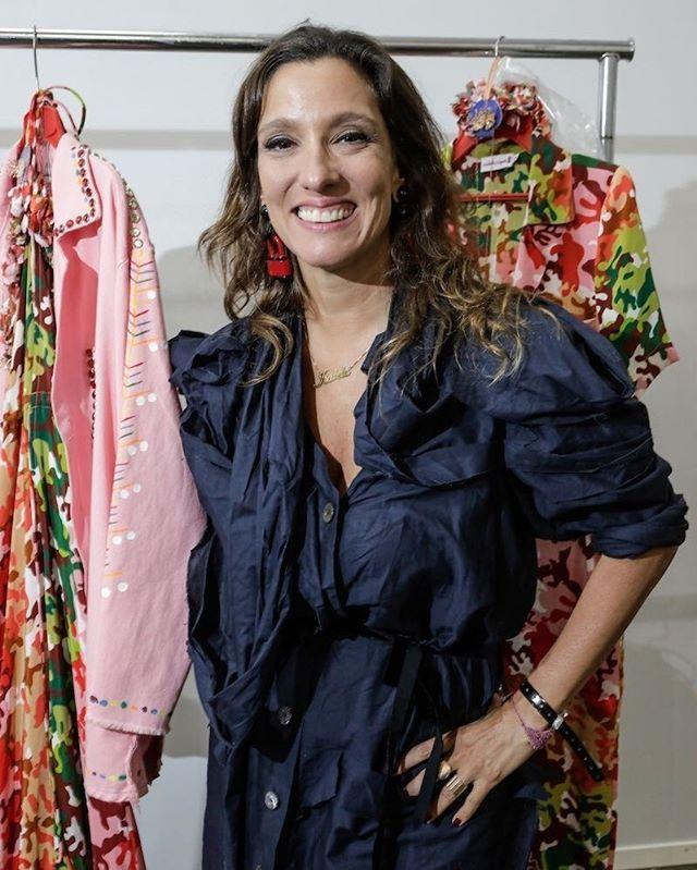 A estilista @isabelacapeto está de volta ao Leblon no Rio de Janeiro depois de cinco anos. Ela inaugura hoje sua loja no bairro que já traz as roupas e acessórios da coleção inspirada no Cariri Cearense desfilada na última edição da SPFW. Outra novidade são as vendas mensais de coleções icônicas que marcaram diferentes épocas da marca desde sua criação em 2003. (via @patbrandao)  via L'OFFICIEL BRASIL MAGAZINE INSTAGRAM - Fashion Campaigns  Haute Couture  Advertising  Editorial Photography…