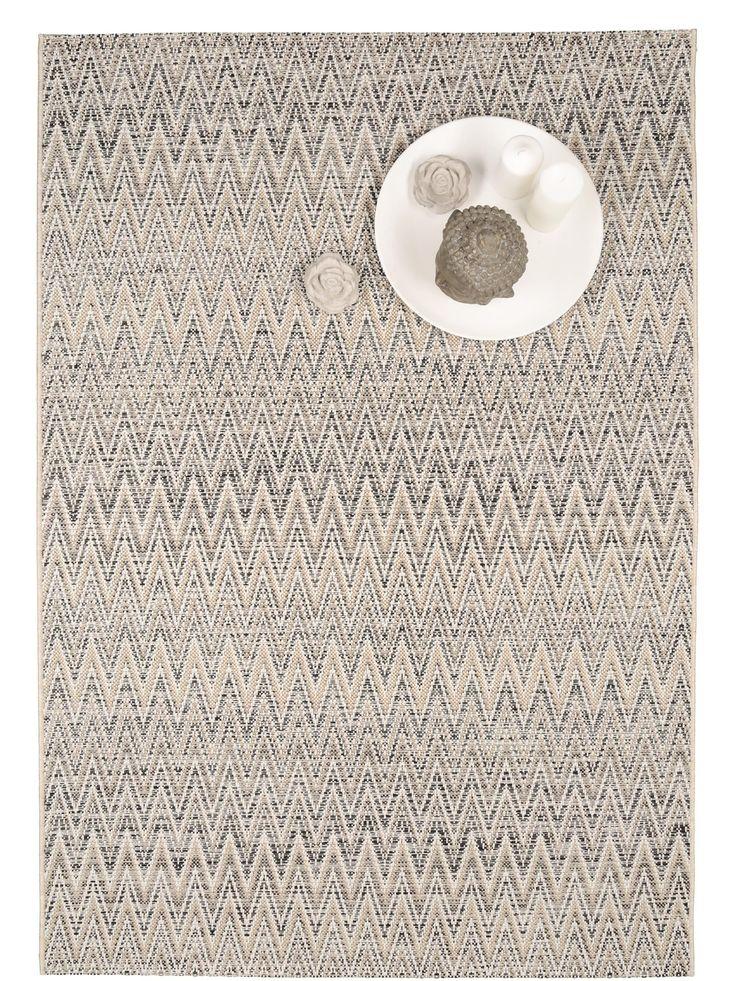 Auf dem Outdoor Teppich Vora Zick Zack kommt das Chevron-Muster besonders gut zur Geltung.