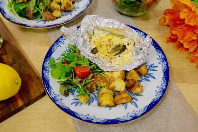 Ugnsbakad fetaost med citron och örter serveras med ugnsrostad potatis - Mitt kök