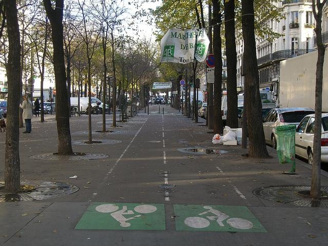 Двухсторонняя велодорожка / 2-way bicycle path by Живые улицы / Live Streets, via Flickr