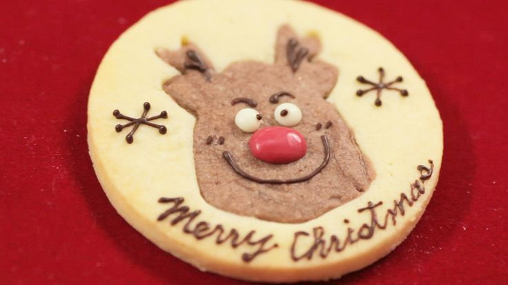 Super duper cute Reindeer cookie for Christmas! Very easy to make using just 2 colors of cookie dough and your skill for decoration. It will be very fun to make this with your children too! トナカイのクッキー。アイシングクッキーよりも簡単に作れる、真っ赤なお鼻の可愛いトナカイクッキーのレシピ。2つのクッキー生地を型抜きするだけなので、お子様と一緒に楽しく作れそう! 色々なクッキー型を使えば、アレンジが広けますね。