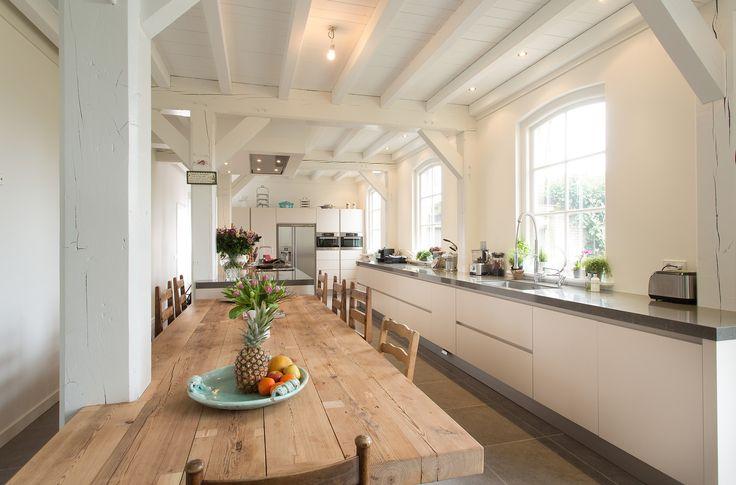 Moderne landelijke keuken in woonboerderij Katwijk. Geplaatst door Tieleman Keukens