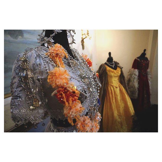 Una vez más el @municipaldesantiago abre sus puertas para una venta especial de vestuario teatral. Vestidos de época trajes indios saris pantalones bombachos y vestidos de ballet son algunas de las joyas que pueden llevarse a casa.  Entre las producciones a la venta podrán encontrar Revoltango de @pablonunezartista (1994) Viento Blanco de @rodrigoclaroperez (2008) y Lakmé de @jerome_bourdin_ (2014). _______________________________________________________ Cuando  24 25 y 26 de noviembre…