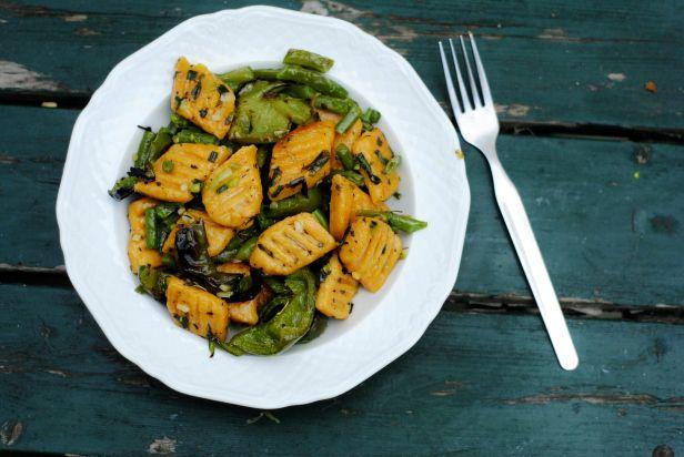 Zoete Aardappel Gnocchi met een Groene Salie-Citroensaus & Geroosterde Paprika's