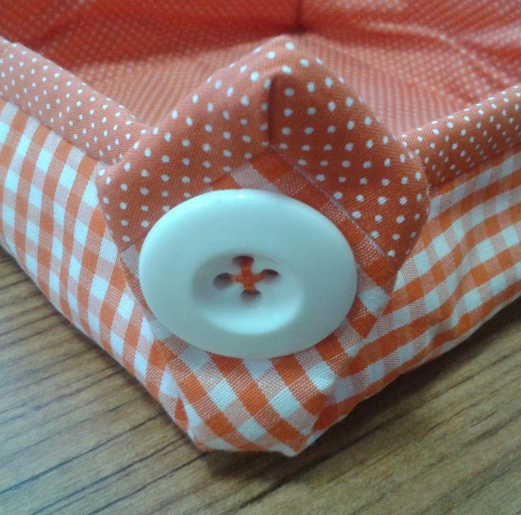 Cestas de tecido em formato quadrado, em tamanhos pequeno, médio e grande. Tecido xadrez combinando com poá. Fechamento nas laterais com bo...