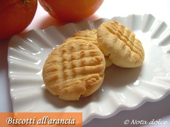 I biscotti all'arancia sono dei deliziosi biscotti rustici aromatizzati con succo e scorza d'arancia.Dalla ricetta facilissima, sono perfetti per la merenda