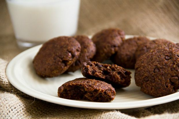 Το πιστεύετε πως αυτά τα μπισκότα δεν έχουν ούτε βούτυρο, ούτε αυγά, ούτε αλεύρι, ούτε πρόσθετη ζάχαρη; Κι όμως! Είναι τα πιο υγιεινά σοκολατένια μπισκότα που έχω φτιάξει. Τη γλυκιά τους γεύση την παίρνουν από τους χουρμάδες.