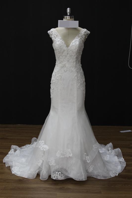 Vestido de noiva semi sereia, decote em V, bordado em pedrarias no corpete, costa ajustável. Via Brasil Noivas.