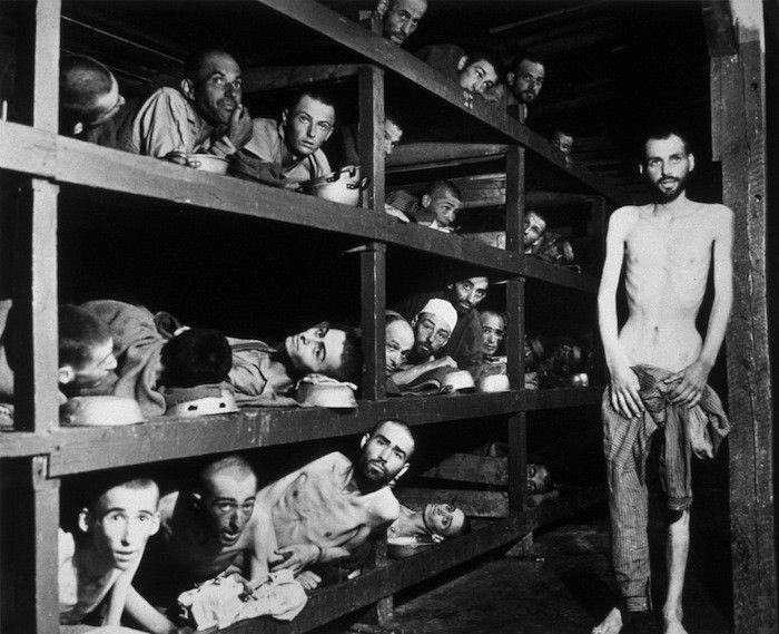 imágenes que muestran los sometimientos a judíos dentro durante la Segunda Guerra Mundial, entre éstas figura Elie Wiesel,ganador del Premio Nobel de la Paz