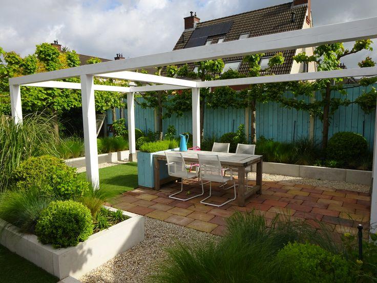 Tuin met houten veranda, doorgetrokken over terras