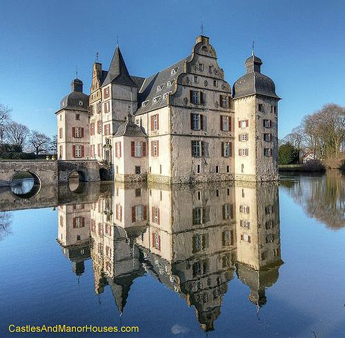 Wasserschloss Haus Bodelschwingh, Mengede, Dortmund, Germany.... http://www.castlesandmanorhouses.com/photos.htm Wasserschloss Haus Bodelschwingh (Bodelschwingh Castle) is a moated castle. It was built in the 13th century by the family of Bodelschwinghstraße and is still owned by the family