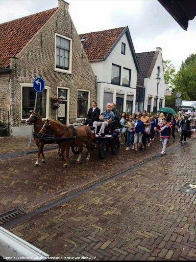 Ere rondje voor meester Lejewaan in Bleiswijk afscheid van de school.