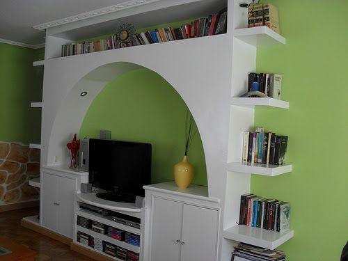 Con MadrigalDeco creamos una estantería de pladur en el salón para ganar espacio de almacenamiento.