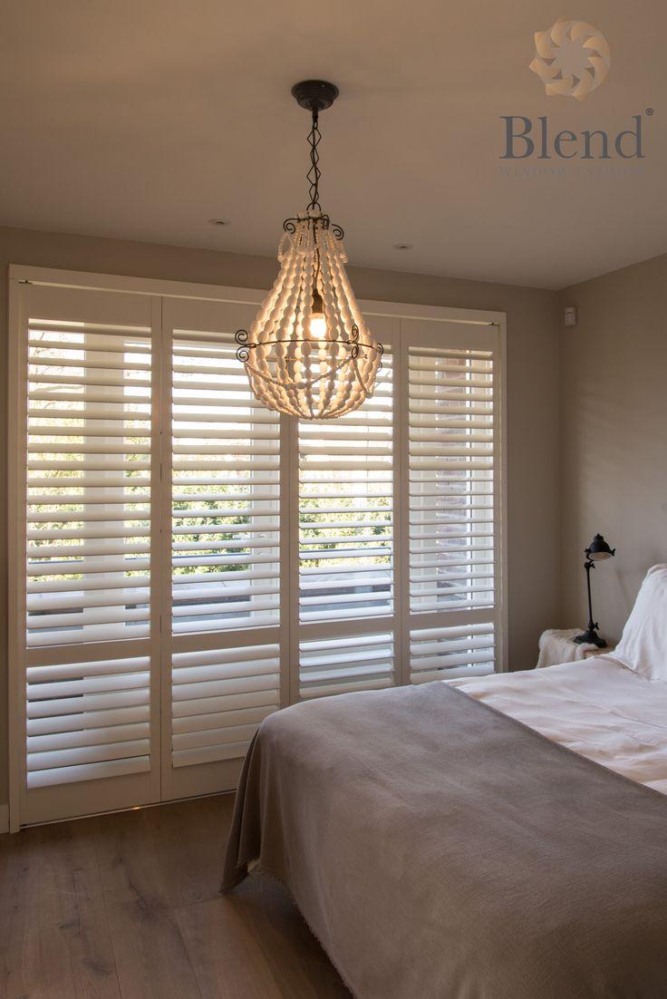 Witte shutters zorgen voor rust in de slaapkamer. Dit zijn witte shutters van Blend Window Fashion en zijn helemaal op maat gemaakt. Door ze te sluiten kunt u ongestoord genieten van uw nachtrust. #inhuisplaza #blendwindowfashion #shutter #wit #slaapkamer