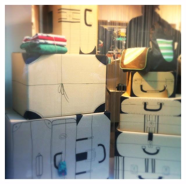 Coeur Blonde: DIY | kartonnen koffers 'Gespot in een etalage in Madrid: simpele kartonnen dozen die met een zwarte stift zijn omgetoverd tot koffers! Zo simpel, maar zo leuk!'