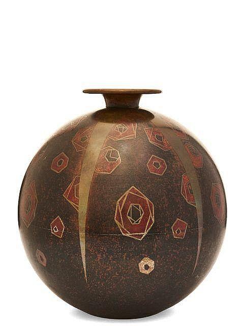 """TRAVAIL FRANÇAIS Vase sphérique Vase sphérique en dinanderie à petit col ourlé. Décor de fleurs stylisés en oxydation et incrustations de métal. Signé """"A. Jungbier"""" (?) dans le décor. H.: 27 cm"""