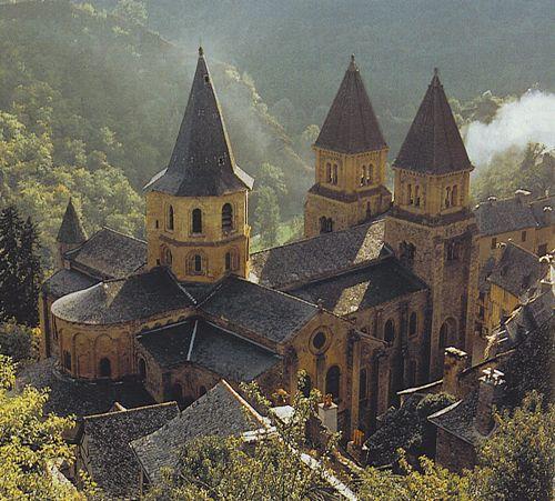 Abbatiale Ste Foy de Conques - Aveyron, XI ème siècle. Elle est célèbre pour son tympan et la statue-reliquaire de sainte Foy. Construite sur un modèle d'église romane, elle est en pierre.