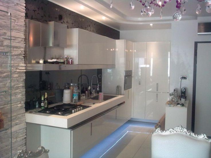 #Cucina su misura sospesa #laccato bianco   Morganti Arredamenti
