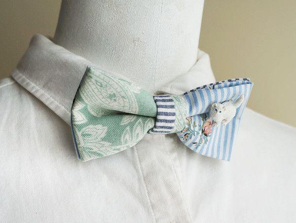 ライトブルーのストライプとミントグリーンのペイズリー生地を組み合わせて蝶ネクタイを作りました。ストライプ生地にはピンクのバラのプリントが重ねられていてかわいい...|ハンドメイド、手作り、手仕事品の通販・販売・購入ならCreema。