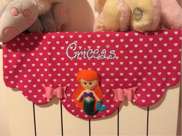 Copritermosifone in stoffa con Ariel e fiocchetti in pannolenci
