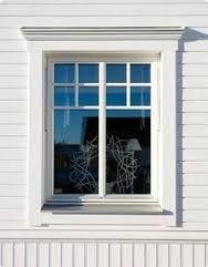 krönlisten över fönstret
