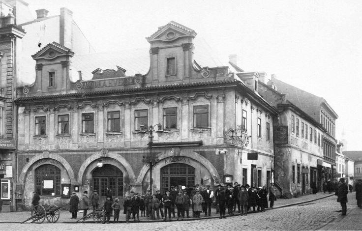 Hotel Modrá Hvězda, začal se bourat 9.7.1923