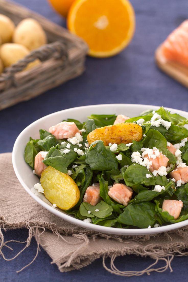 Insalata di spinaci con patate, salmone e feta: in pochi minuti preparerete un contorno o un piatto unico saporito ed estroso! #Giallozafferano #salmonenorvegese #insalata #feta