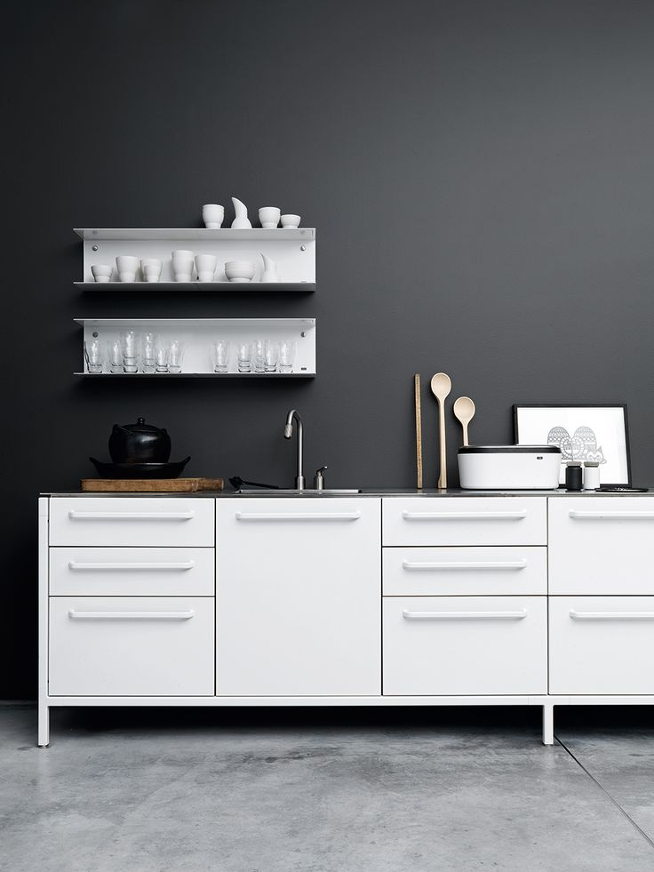 Hmmm! I never thought of a charcoal wall in the kitchen....maybe if I do get the silver drawer fronts to match the silver venetian blind it would do just fine....