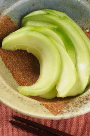 【摘果メロンの焼酎漬け】焼酎、砂糖、塩をポリ袋に入れて混ぜ合わせ、その中にメロンを入れて一晩以上置く。