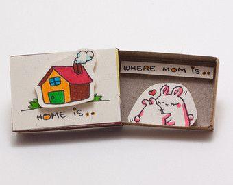 Mothers Day Gift - kat moeder Card - handgemaakte Card - ik hou van jou mam  Deze aanbieding is voor één matchbox. Kleine boeket rozen is opgenomen. Dit is een geweldig alternatief voor een traditionele wenskaart. Verras uw dierbaren met een schattig privébericht verborgen in deze mooi ingerichte luciferdoosjes!  Elk item wordt met de hand gemaakt van een echte matchbox. De ontwerpen zijn hand getrokken, gedrukt op papier en vervolgens de hand geassembleerd zodat elke individuele matchbox…