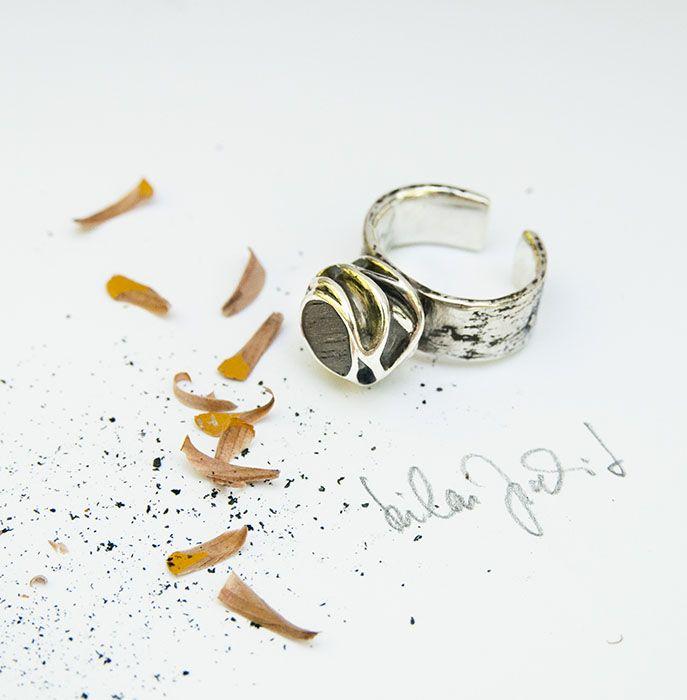 Ezüst gyűrű, dió fa berakással. Szilas Judit, ötvös. Egyedi ékszerkészítés. Mail.: szilasjudit@gmail.com , www.szilasjudit.hu